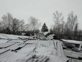 Неприбраний сніг майже щодня обвалює дахи будівель